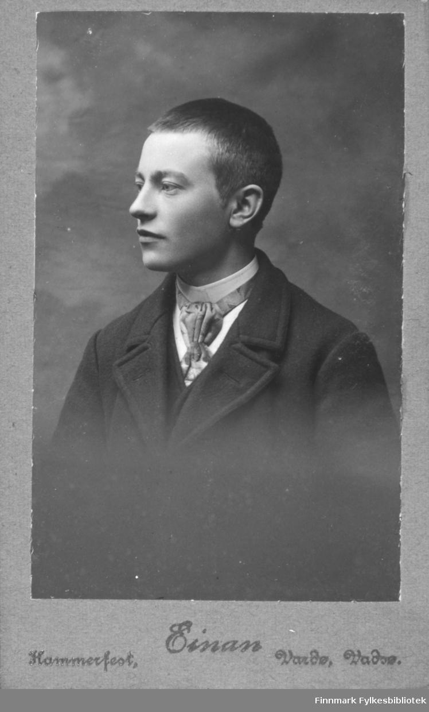 Portrett av en ukjent ung mann. På bildet er han kledt i en mørk jakke og hvit skjorte. Rundt halsen har han et halstørkle