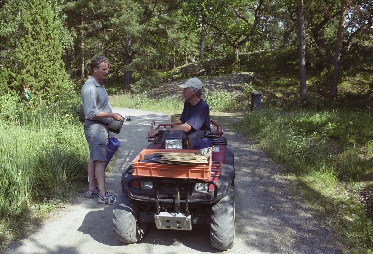 Skärgårdsprojektet 2003-2004 Fotodatum 16 juli 2003 Finnhamn, Stora Jolpan Lasse Westling på 4-hjulingen Tillsynsman på Finnhamn.