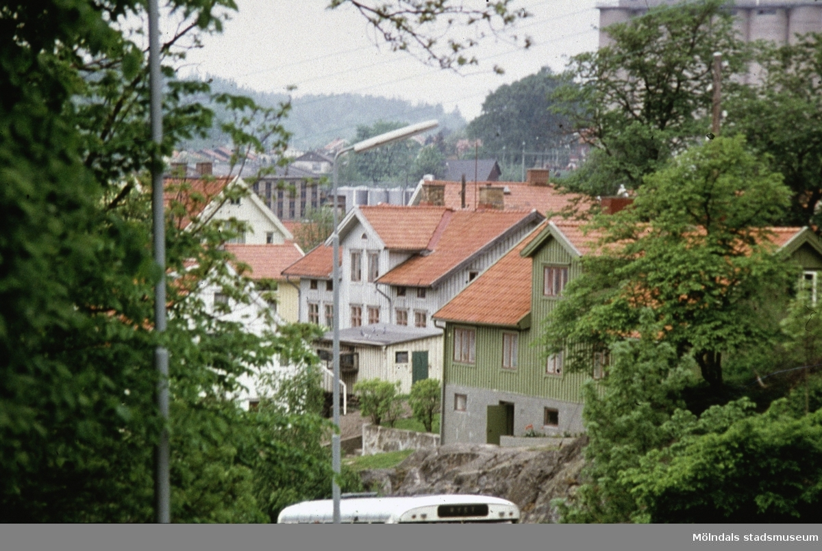"""Bebyggelse vid Rygatan i Mölndal, 1970-tal. Roten L13 """"Glädjen"""" och Roten L11 """"Sorgen""""."""