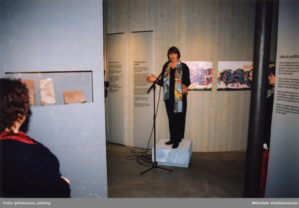 """Museichef Mari-Louise Olsson i utställningen """"Alltså finns jag"""" på Mölndals museum, år 2003.  Utställningen """"Alltså finns jag"""" ...en utställning om graffitikultur på Mölndals Museum, Kvarnbygatan 12, Mölndal, pågick från 25 januari till 25 maj 2003.  """"Alltså finns jag"""" var ett samarbete mellan Mölndals museum, Vitlycke museum, Bohusläns museum, Västergötlands museum och Konstkonsulenterna i Västra Götalandsregionen."""