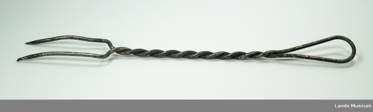 Vridd av ein ståltråd. Strengarbeid.