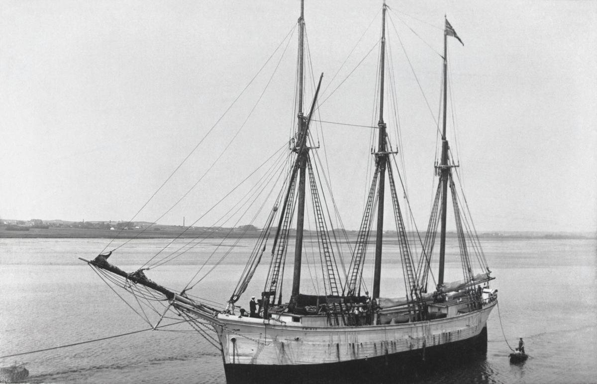 """[från fotobeskrivningen:] """"Den 3-mastade skonaren SWIKS av Mariehamn (Vårdö)""""; """"Från foto tillhörande Pauline Eriksson, Åland""""; """"Uppg. från Den ålänska sjöfartens historia av G.Kåhre."""" [sic]; [under Förvärv från/Förmedlare:] """"Eriksson, Pauline Åland, Lemland, Knutsboda 1970"""""""