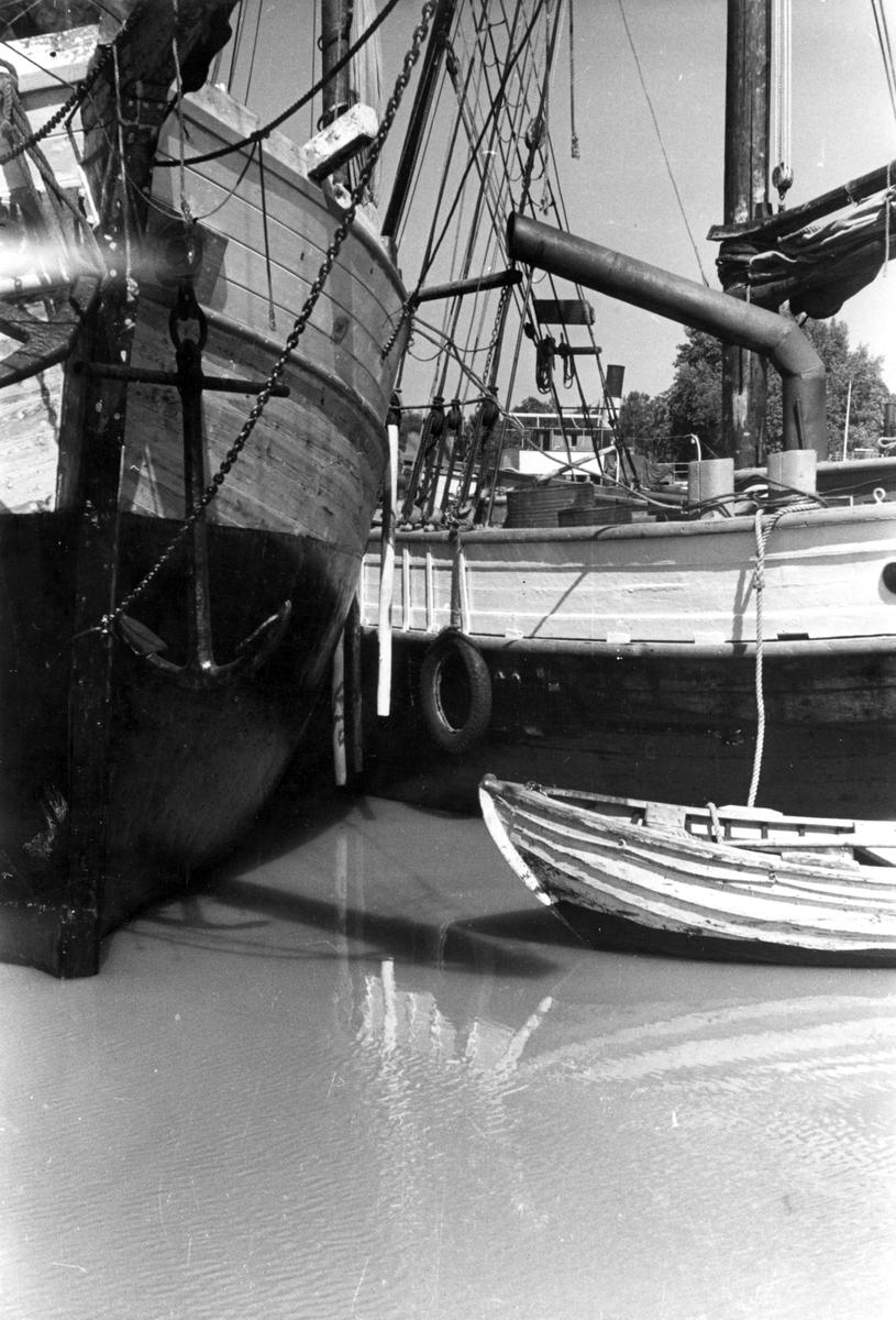 Fartyg: GUSTAF ADOLF                   Reg. Nr.: 5050 Rederi: Bertil Thorstrand Byggår: 1907 Varv: Sjötorp Övrigt: tv stäven av motorskutan Maria (1891). S-foto 3467