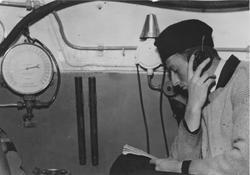 En örlogsman med hörtelefon ombord på bärgningsfartyget Belo