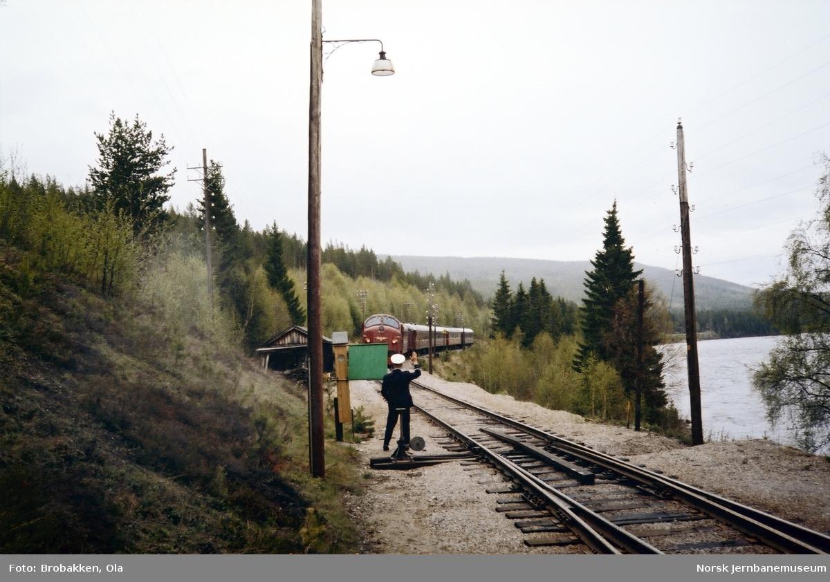Togekspeditør Kåre Dalsrud viser klart inn for tog 301, som krysser tog 372 på Barkald stasjon