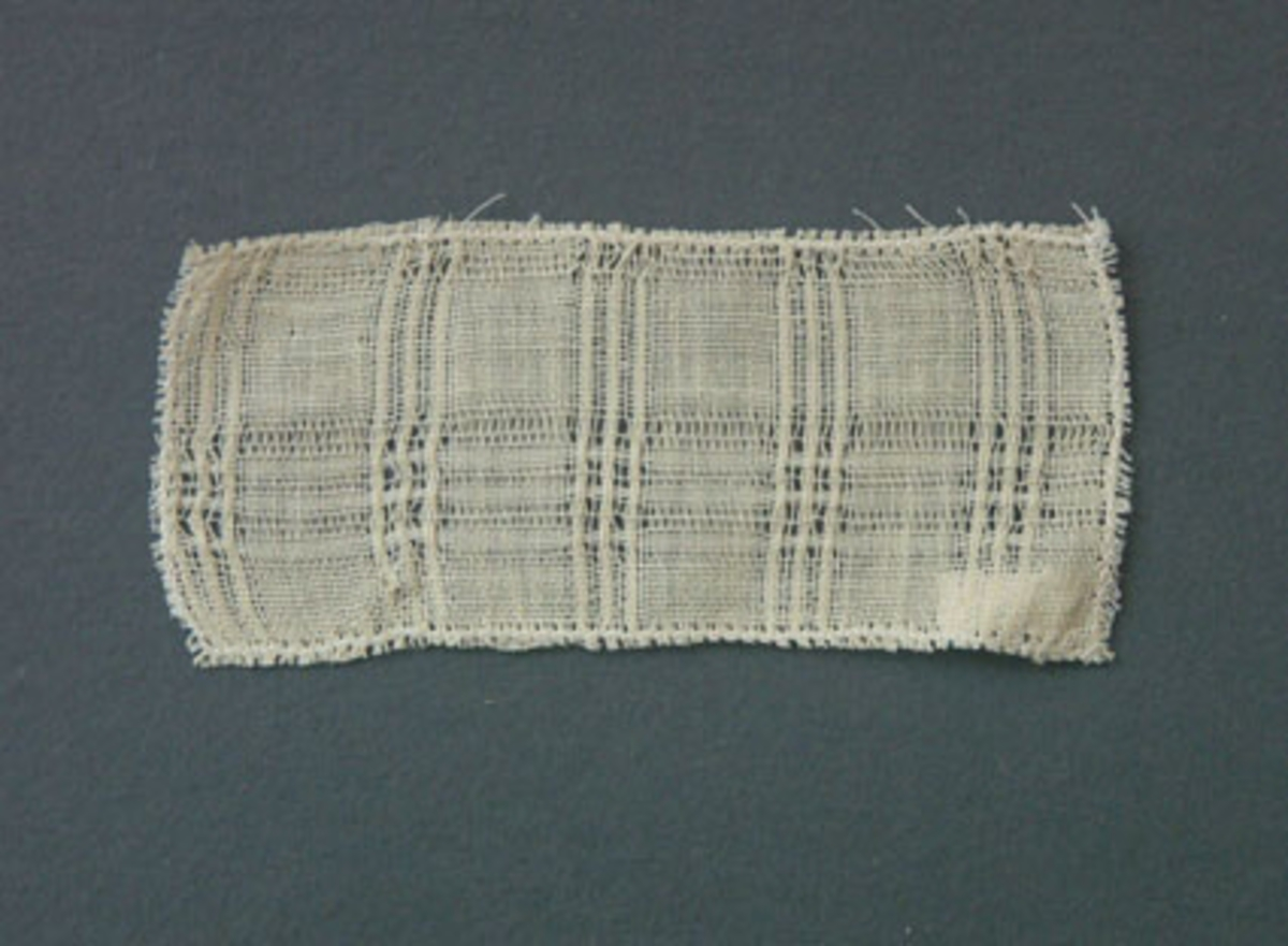 Prov till gardin vävd i tuskaft och stramaljbindning med bomullsgarn i varp och inslag