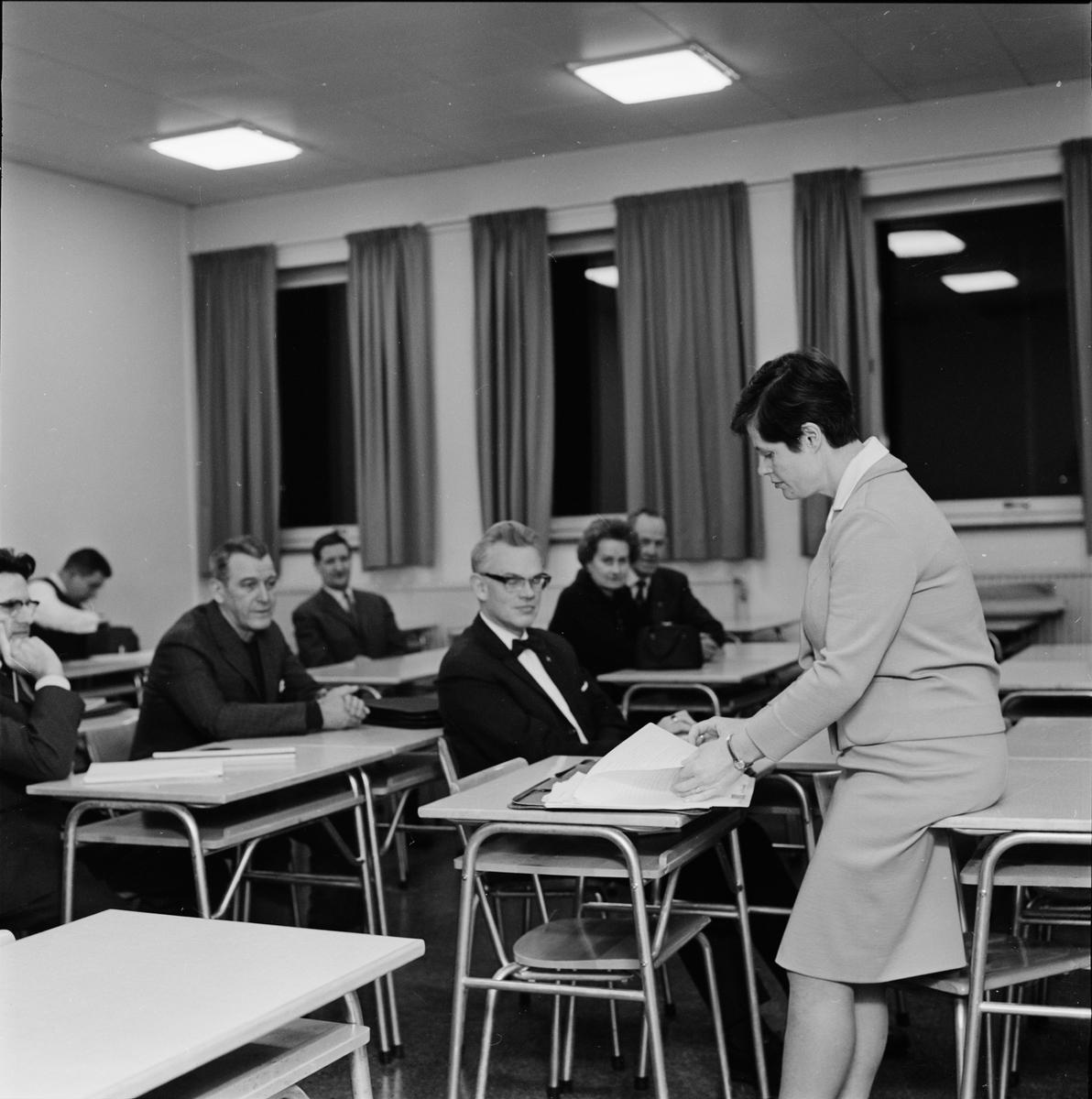 """Arkitekt Ulla Campbell föreläser på kursen """"Bygg fritidsstugan själv"""", Uppsala januari 1965"""