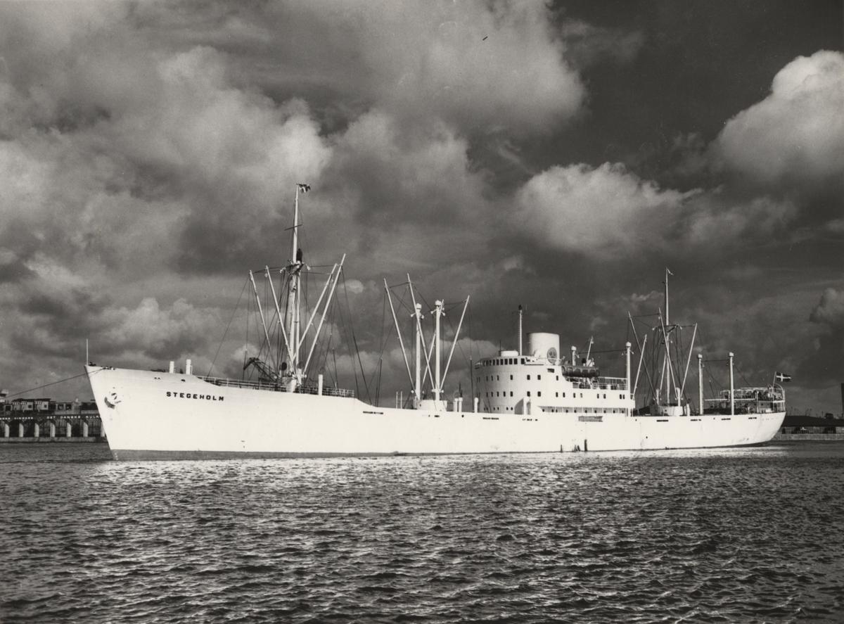 """Foto i svartvitt visande lastmotorfartyget """"STEGEHOLM"""" taget i Köpenhamn under september månad 1962."""