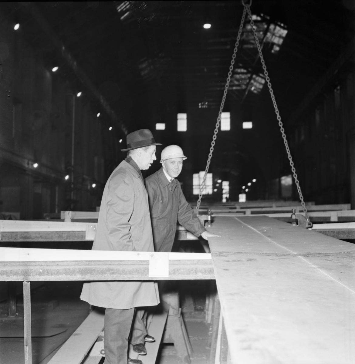 Övrigt: Foto datum: 20/2 1964 Verkstäder och personal. Direktör Eng, Ingenjör Persbeck i samband med tankbåten byggnad. Närmast identisk bild: V28500, ej skannad