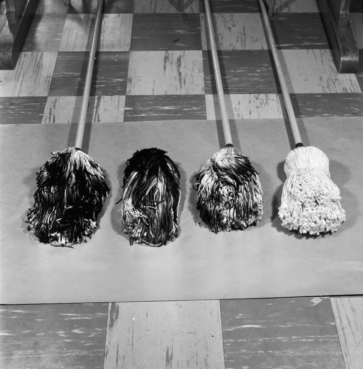 Övrigt: Foto datum: 16/4 1964 Verkstäder och personal. Golmoppar (bränt material). Närmast identisk bild: V28562, V28563 och V28565, ej skannade