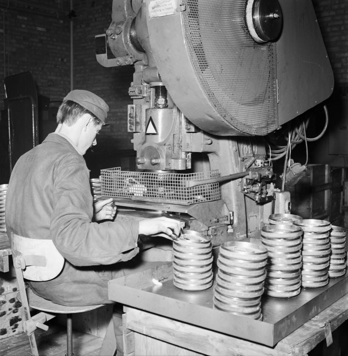 Övrigt: Foto datum: 16/6 1964 Verkstäder och personal. SAAB kåpor art.verkstan