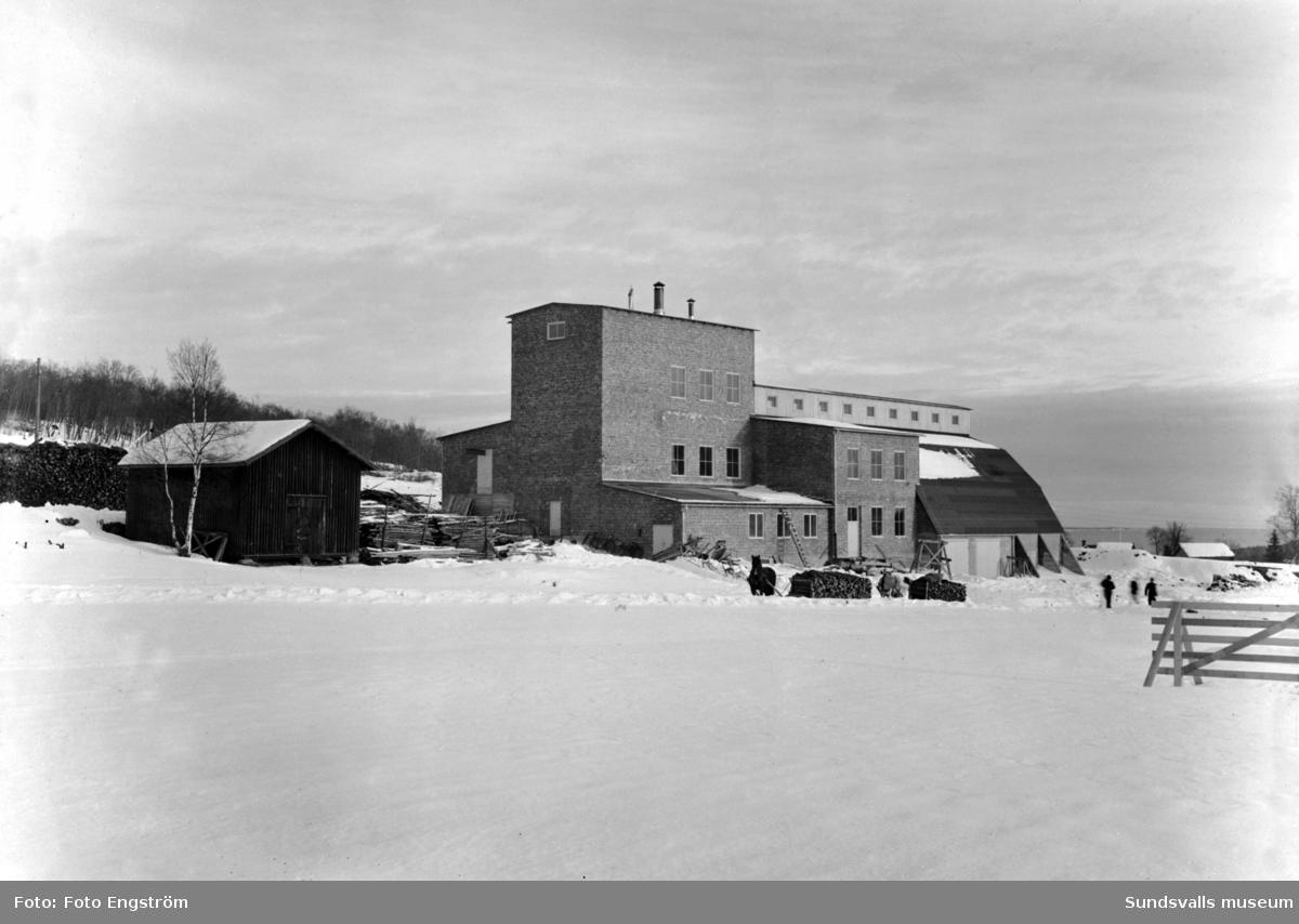 Alnö kalkbruk. Under 1940- och 1950-talen bröt Kooperativa Förbundet den magmatiska kalkart som kallas sövit på denna plats. Verksamheten upphörde och byggnaderna revs omkr 1960 och avlöstes av Alnö Mekaniska Verkstad som uppfördes på samma plats.