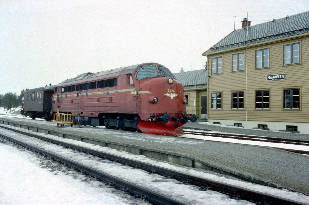 Godstog 5772, Majavatn - Trondheim, venter på avgang fra utgangsstasjonen. NSB dieselelektrisk lokomotiv Di 3 620 og konduktørvogn er hele toget. Dette var et såkalt underveisgodstog som skiftet inn og ut vogner på stasjonene underveis. Det var bemannet med to på lokomotivet, lokomotivfører og lokomotivførerassistent, og overkonduktør (togfører). Det var personalbytte på Grong og Steinkjer.