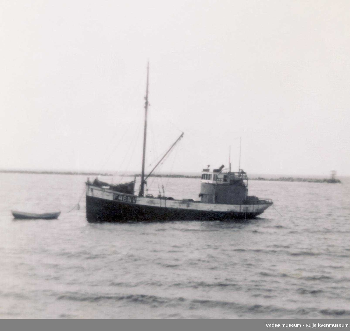 Båten Stenstrand  utenfor Bietilæanlegget i Vadsø.