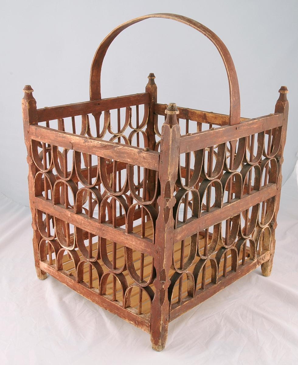 """Rektanguler i form, med handtak. Sjølve """"grinda"""" er tappa saman og låst med trenaglar. Veggane i """"grinda"""" er laga av spon som er bøygd og låst fast med runde spiler."""
