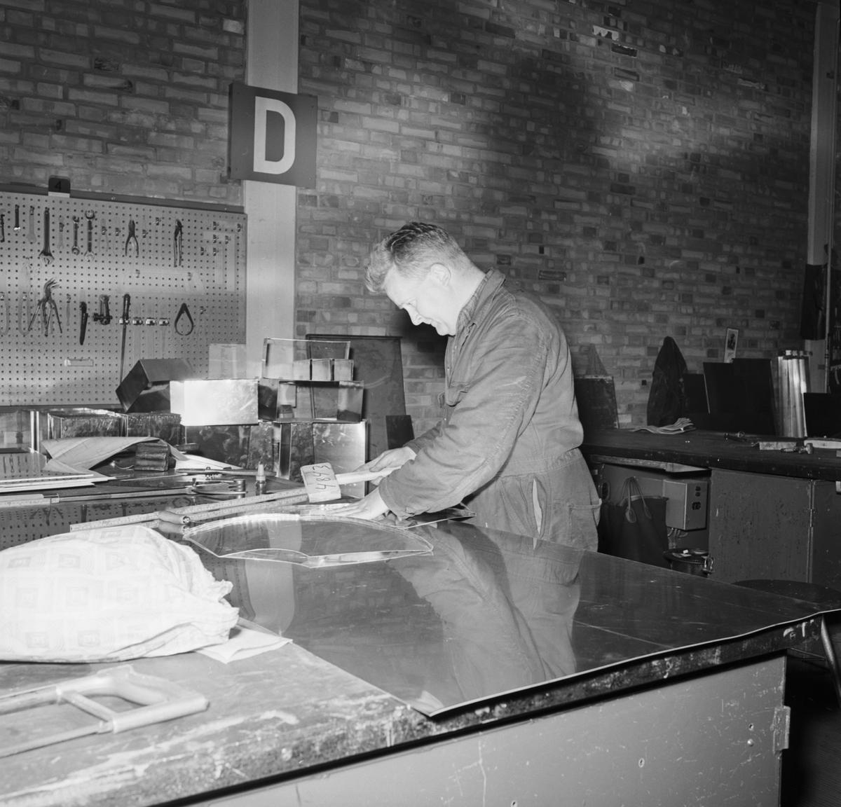 Övrigt: Foto datum: 8/6 1966 Byggnader och kranar Interiör av olika verkstäder. Närmast identisk bild: V36508, ej skannad