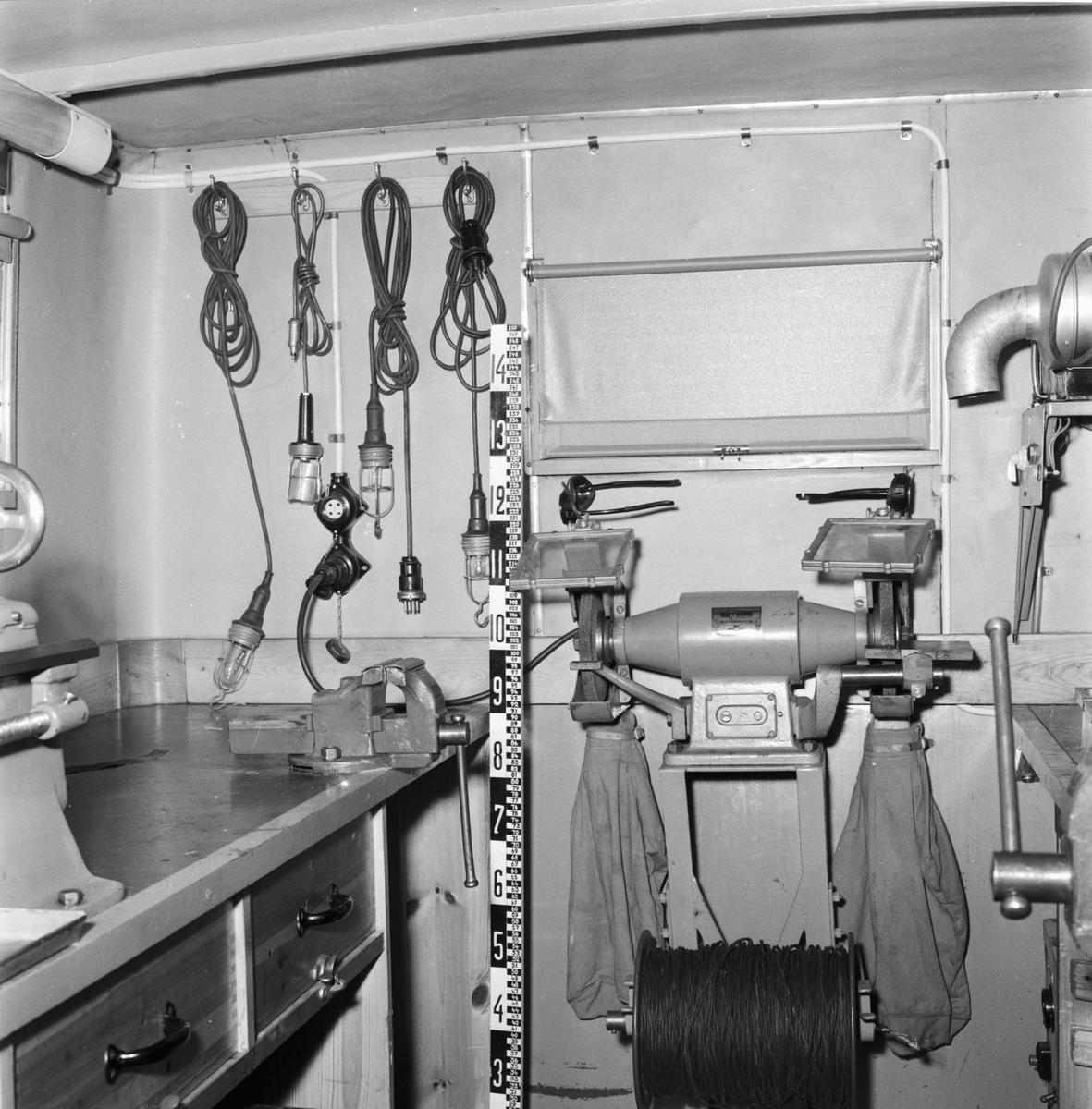 Övrigt: Foto datum: 7/6 1955 Byggnader och kranar Verkstadsbuss exteriör och interiör. Närmast identisk bild: V8376, ej skannad