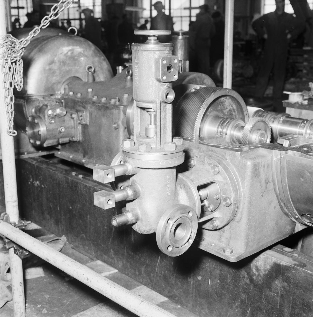 Övrigt: Foto datum: 11/4 1956 Byggnader och kranar Kompressor i maskinverkstan