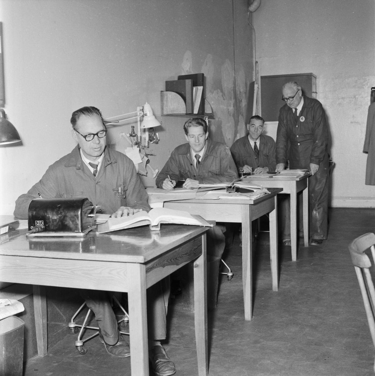 """Övrigt: Foto datum: 16/8 1956 Byggnader och kranar """"Varvet runt"""" elektriska verkstan och televerkstan. Närmast identisk bild: V9201, ej skannad"""