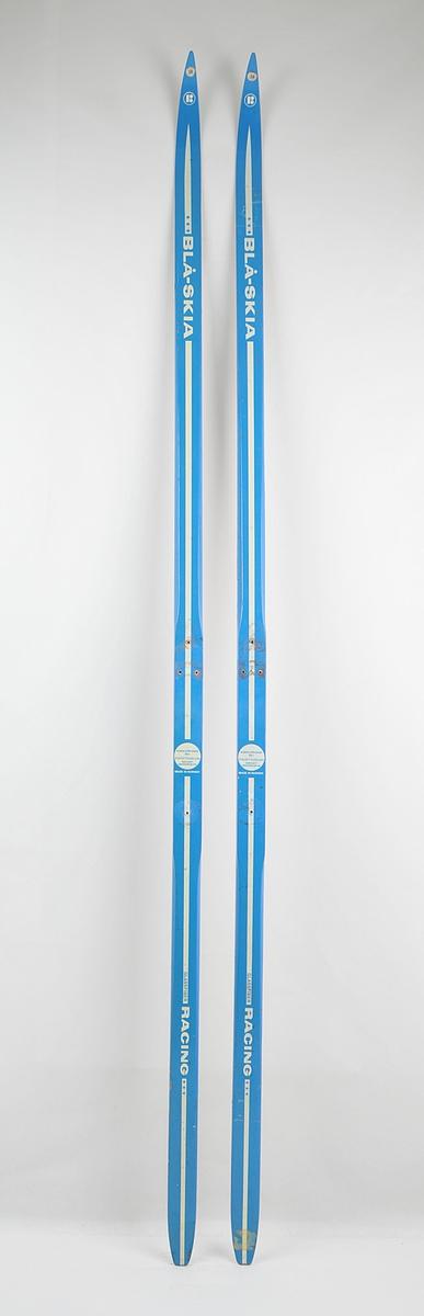 Blåskia, langrennski i glasfiber med såle av polyetylen og ytre lag av tre. Konkurranseski / racing. Det har vore bora hol til bindingar.