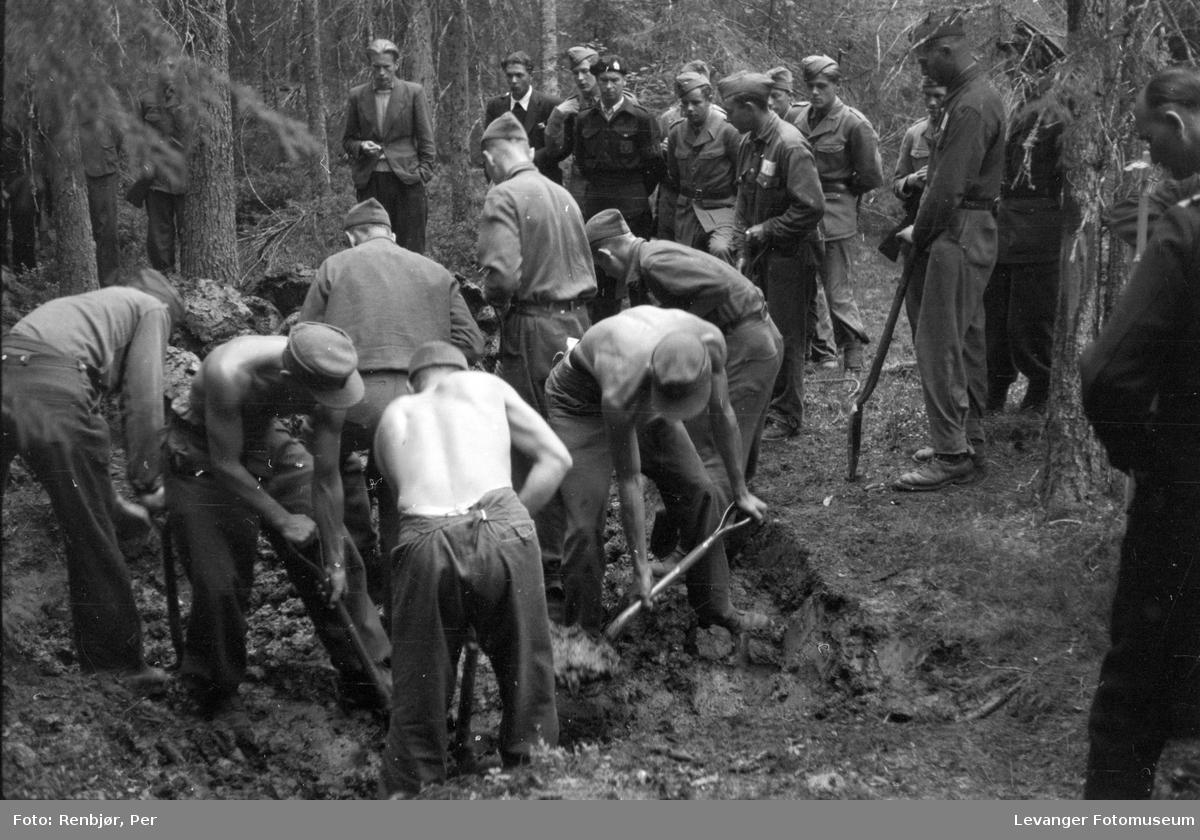 Åpning av graver i krigsfangeleiren på Falstad, Faldstadskogen.