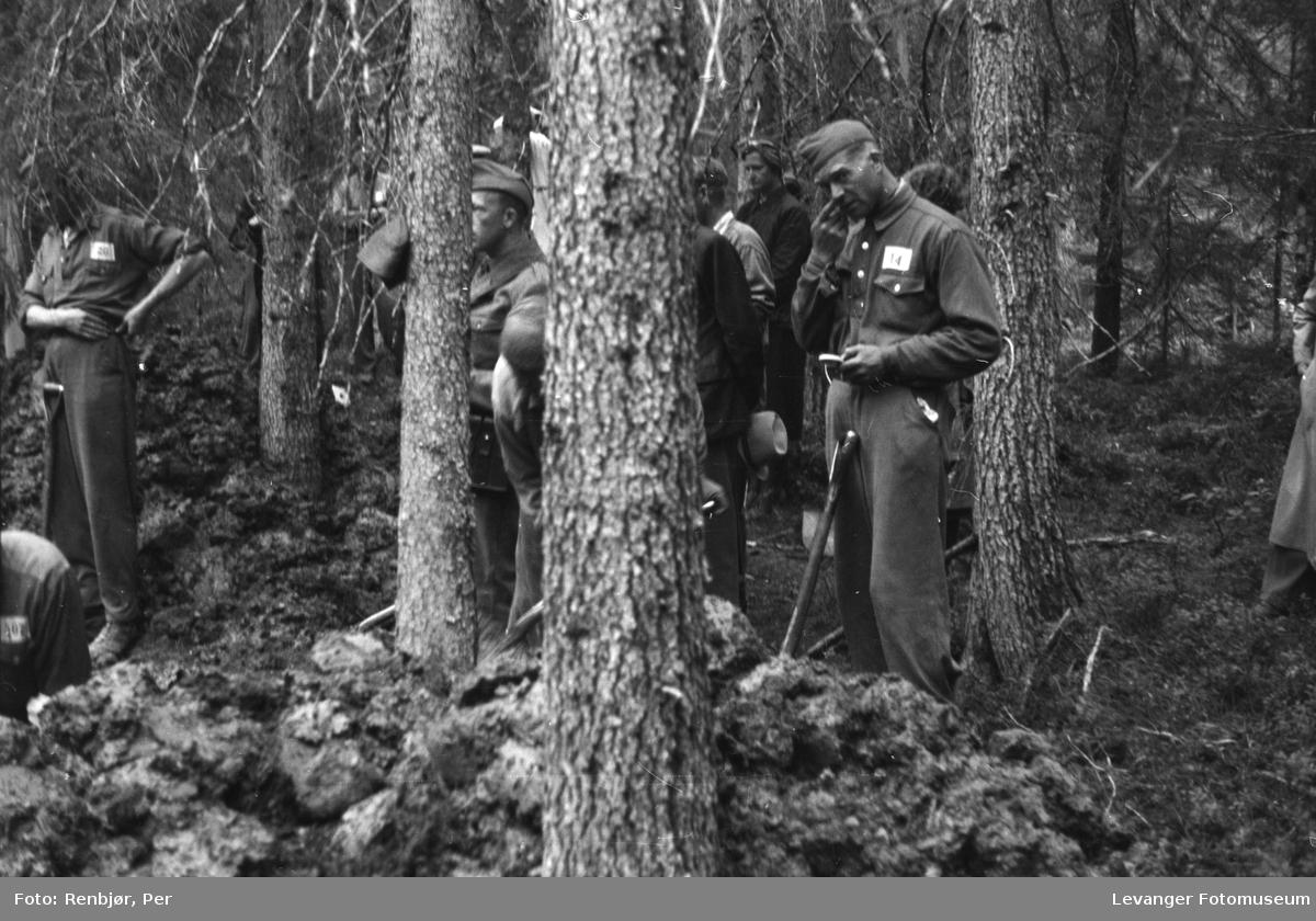 Åpning av graver i krigsfangeleiren på Falstad.