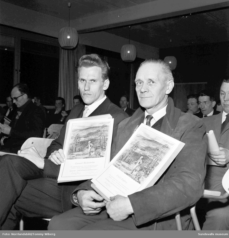Orienteringsförbundets prisutdelning med diplom till bland annat Lennart Hedenström och Evald Engberg.