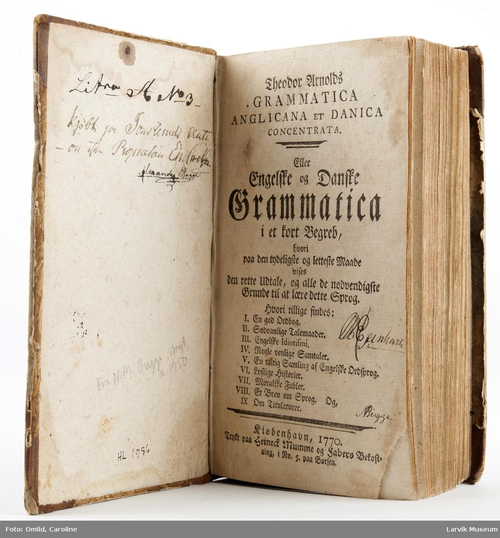 """Innbundet bok m 638 sider + registersider.Tittelblad: """"Theodor Arnolds ...Grammatica anglicana et danica concentrata, eller Engelske og Danske Grammatica i et kort Begreb, (ordbok,sedvanlige talemåter,ordsprog,gode historier, fabler, m.m.) i No. 5 paa Børsen ... O. Egenhaven (?) Bugge"""""""