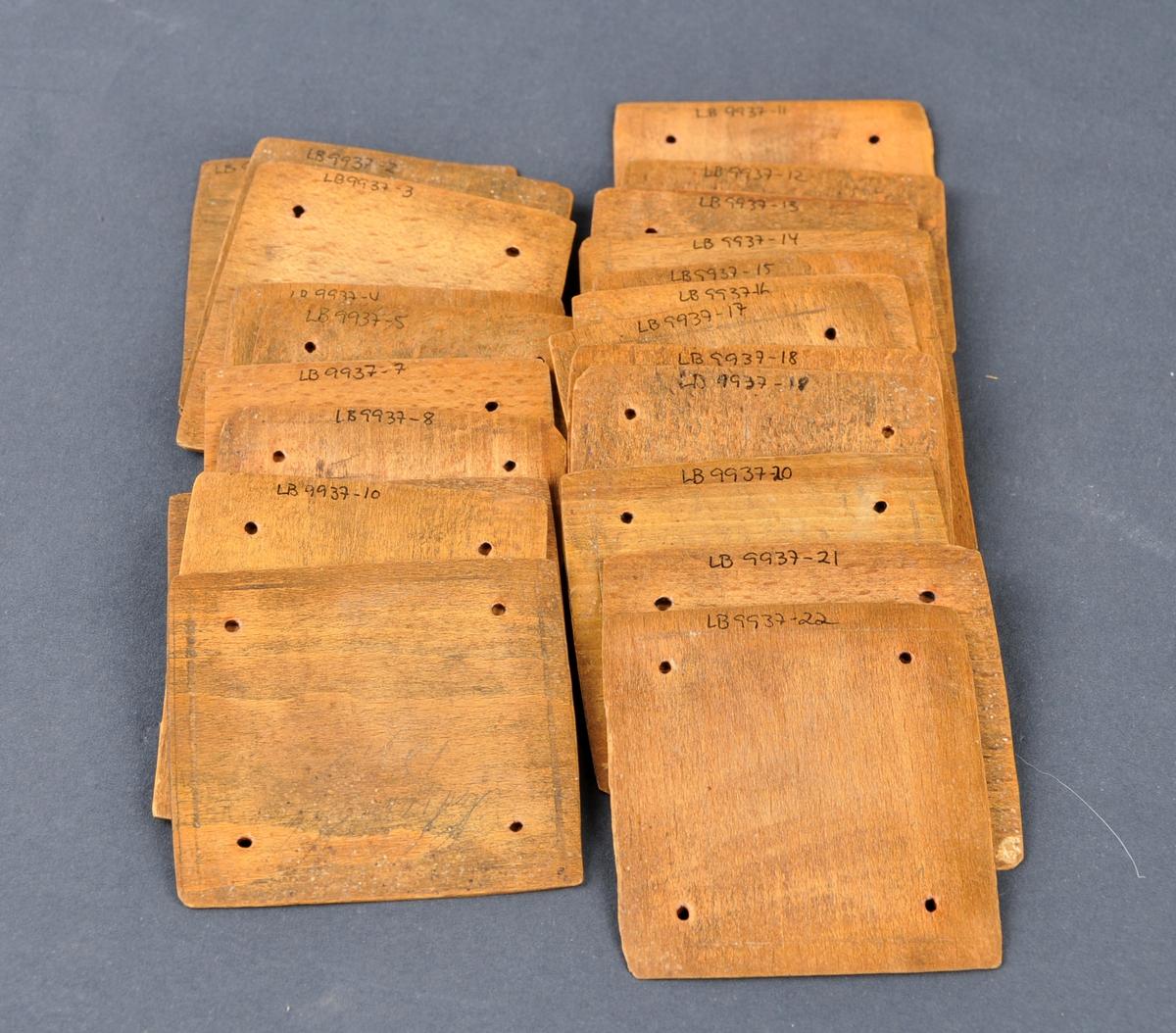 24 brikker til brikkevev. Tekst og årstal på den eine brikka, årstal på to andre, namnet Halvor og årstala 1861, 1862 og 1863.