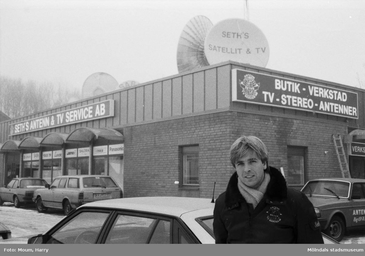 """Seth Larsson framför det nybyggda Seth's Antenn och TV-service AB i Lindome, år 1985. """"Seth Larsson firar 10-årsjubileum och gör detta med att inviga landets första satellit- och TV-center.""""  För mer information om bilden se under tilläggsinformation."""