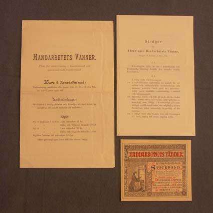 """""""Plan för undervisning i konstsömnad och gammalsvensk konstväfnad"""" på Handarbetets Vänner i Stockholm. I prospeket ligger föreningens stadgar, antagna 29 mars 1895, och ett kort.Prospektet är tryckt 1895 i Stockholm."""