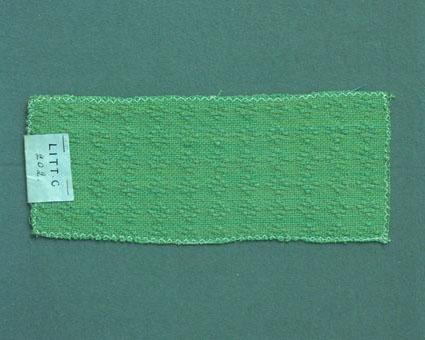 Grönmelerat möbeltygsprov vävt i fantasibindning enligt tidigare inventering, med bomullsgarn i varp och lin- och ullgarn i inslag. Ytterligare prov med vissa vävuppgifter finns i pärm Möbeltyg a, litt c 202.