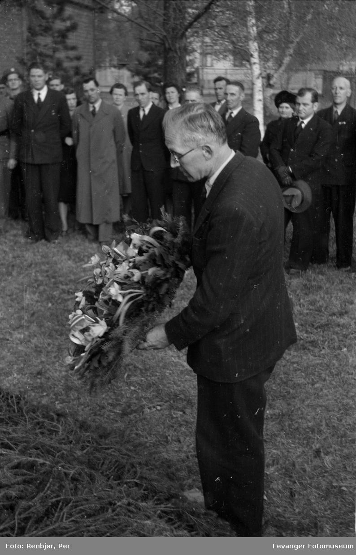 Nedlegging av krans. Flytting av levningene til russiske , sovjetiske krigsfanger fra Moan i Levanger til Levanger kirkegård.