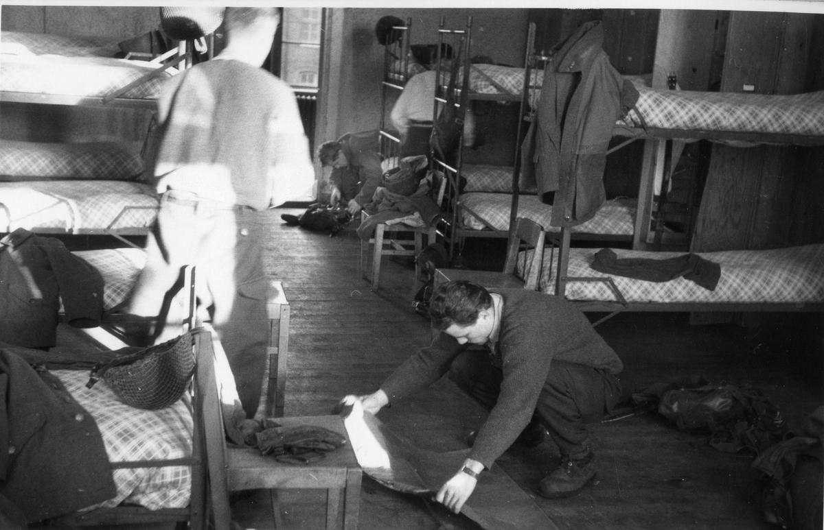 Utrustningen görs iordning inför inspektion på kaserngården, Göta artilleriregemente A2.