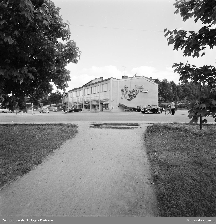 Exteriörbild på Timrå badhus med fasadutsmyckningen på gaveln. Fotograferat på avstånd.