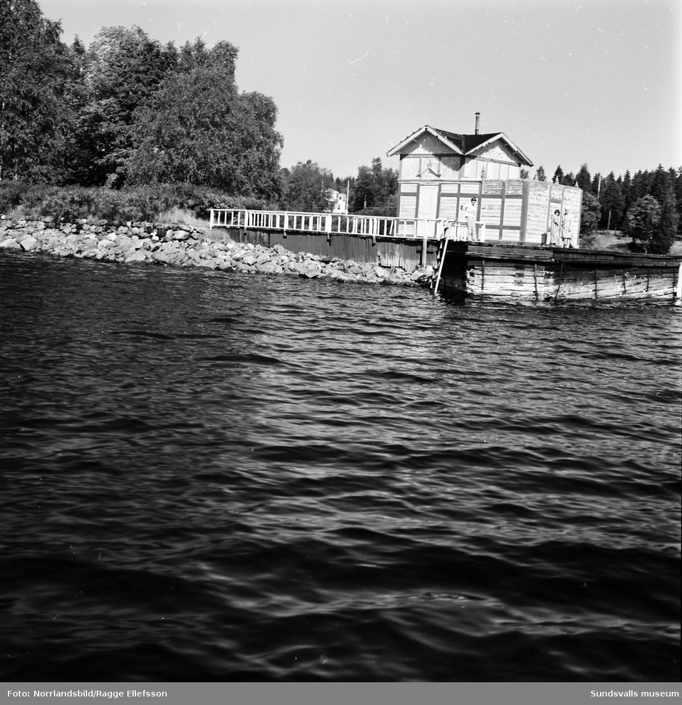 Gammalt badhus på udden nedanför Petersvik. Fotograferat från sjösidan.