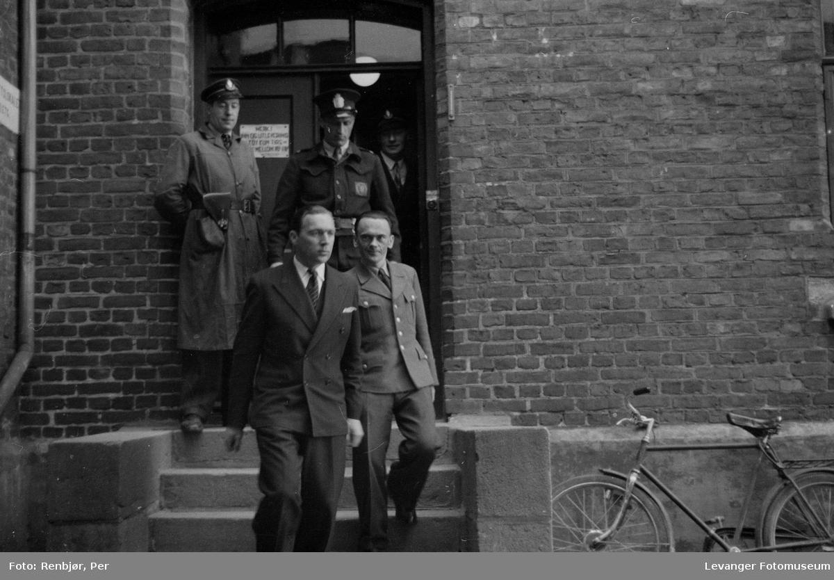 """Rinnansaken. Henry Rinnan agent for Sonderabteilung Lola. """"Rinnanbanden"""" på veg ut av rettslokalet."""