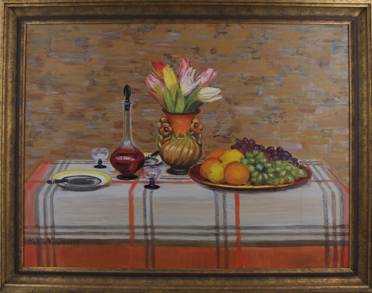 Fargestertk stilleben: fruktfat, vinkaraffel, glas, blomstervase med tulipanar.