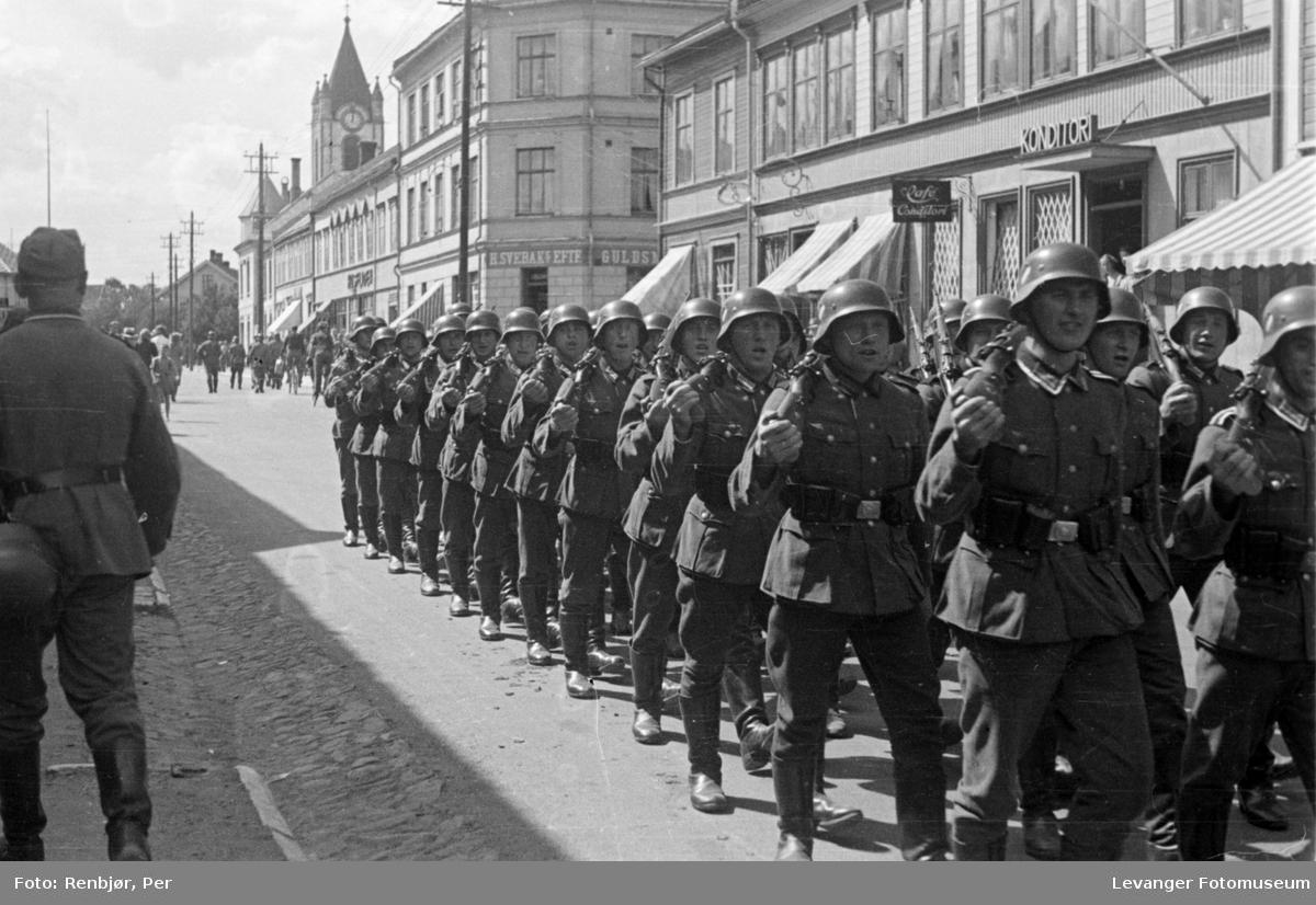 Syngende tyske tropper marsjerer i Levangers gater.