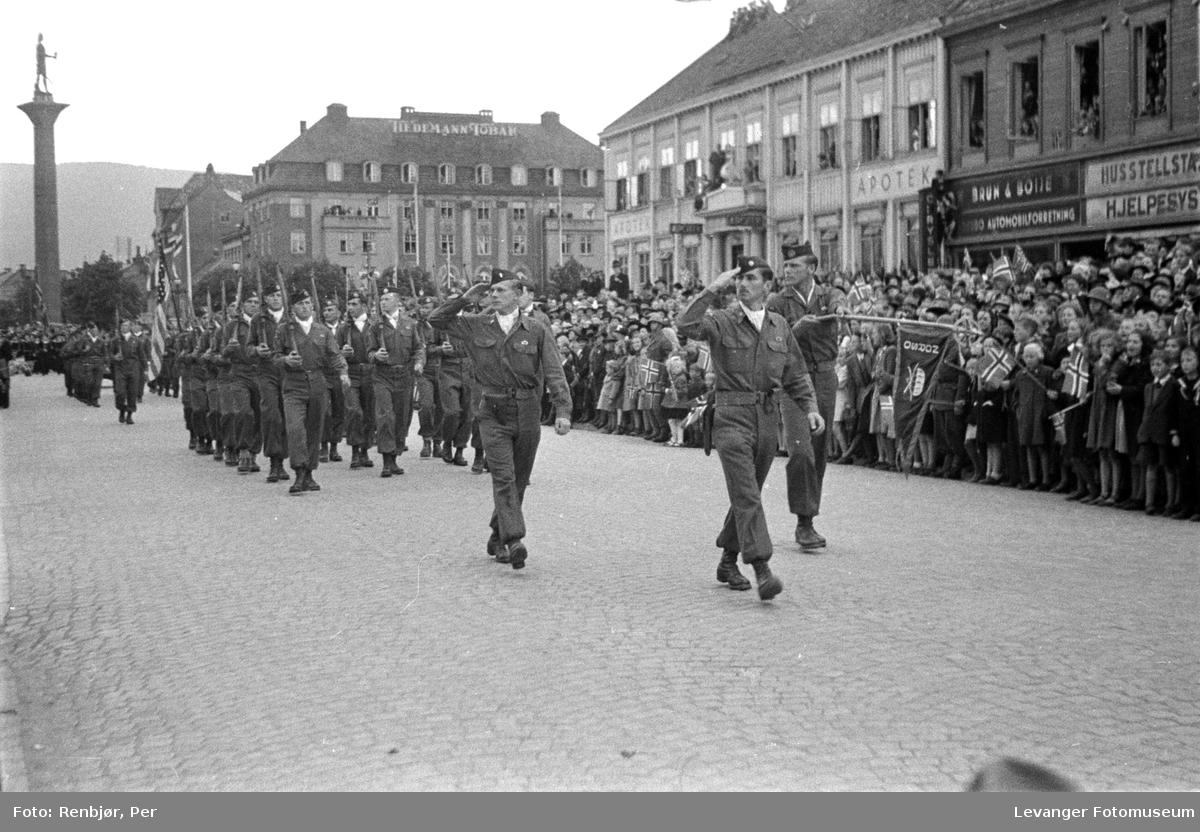 Amerikanske fallskjermjegere paraderer, med William Colby i front.