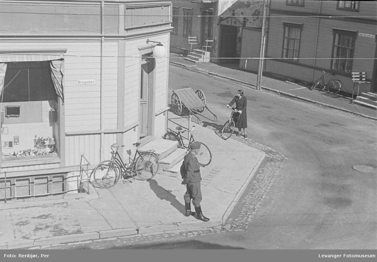 Vaktsoldat på gatehjørnet ved Håkon- og Brugata