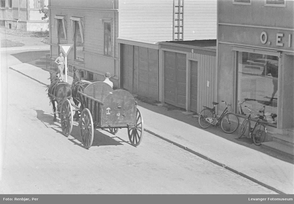 Tyske soldater med hest og vogn passerer O. Eikrems butikk i sentrum av Levanger