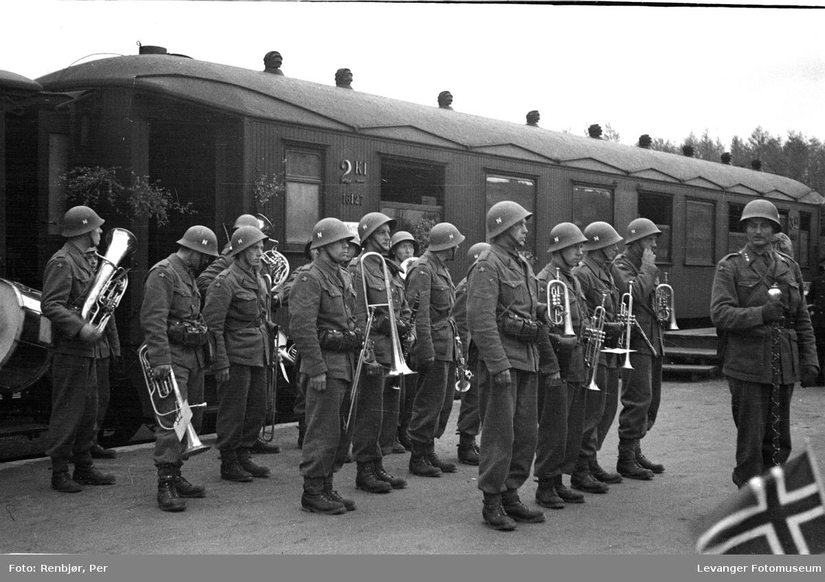 Norske politistyrker, svensketropper, ankommer Levanger, med militært korps.