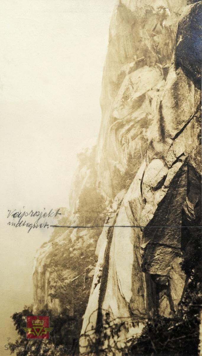 """""""Veianlæg"""". Veganlegg Tyssedal - Espe. Skrevet med blyant på bildet: """"Veiprosjekt indtegnet"""". Fjellparti utenfor Tyssedal september 1922."""