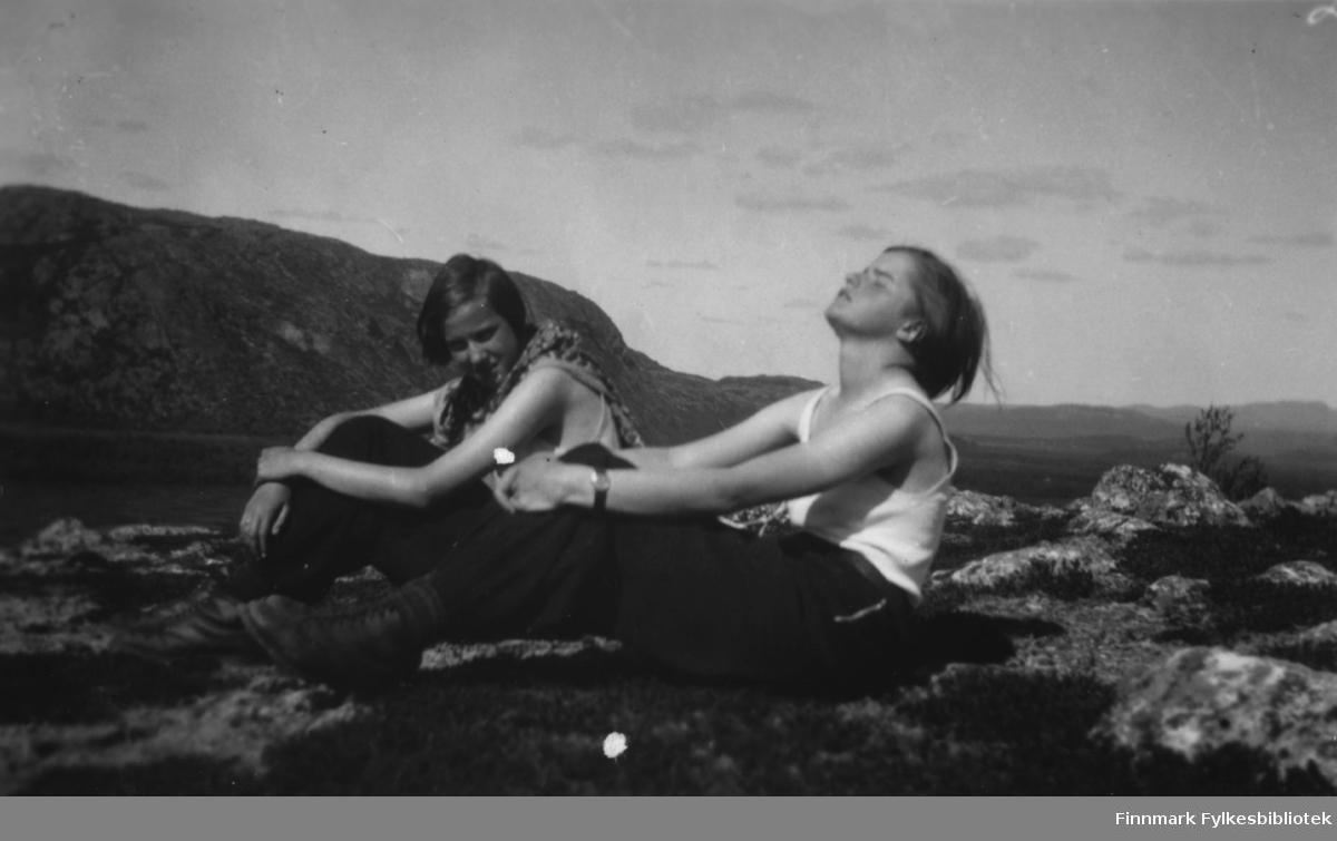 Ruth Grønvigh og Solveig Evanger nyter sommeren i Bugøyfjord. De har søkt litt opp i høyden der det var litt vind for å slippe unna myggen.