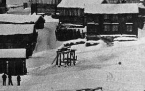 Utsnitt av fotografi fra 1861 som viser den gamle stangvekta på malmplassen.