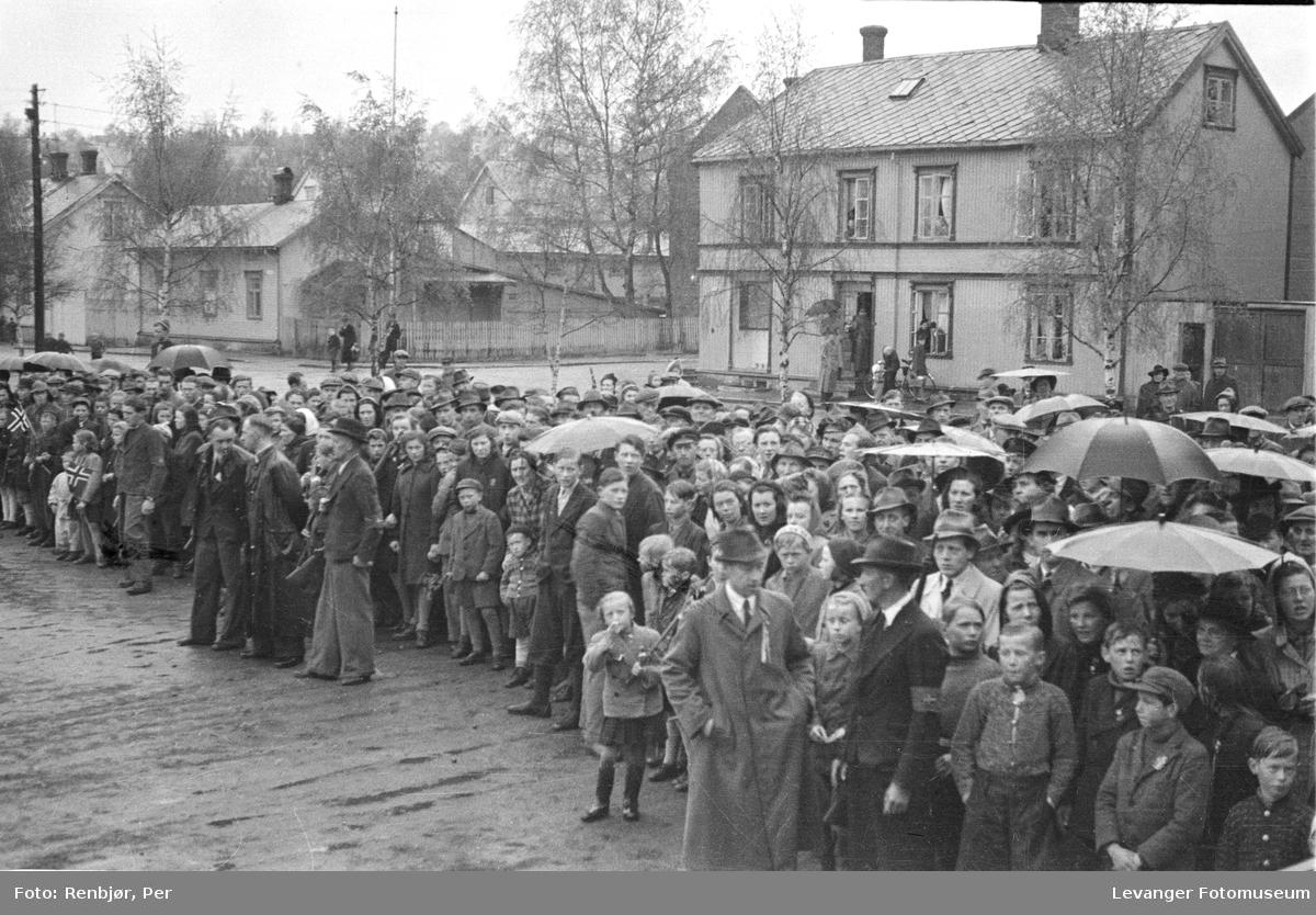 Menneskemengde, norske politistyrker, svensketroppene, i Levanger fredsvåren.