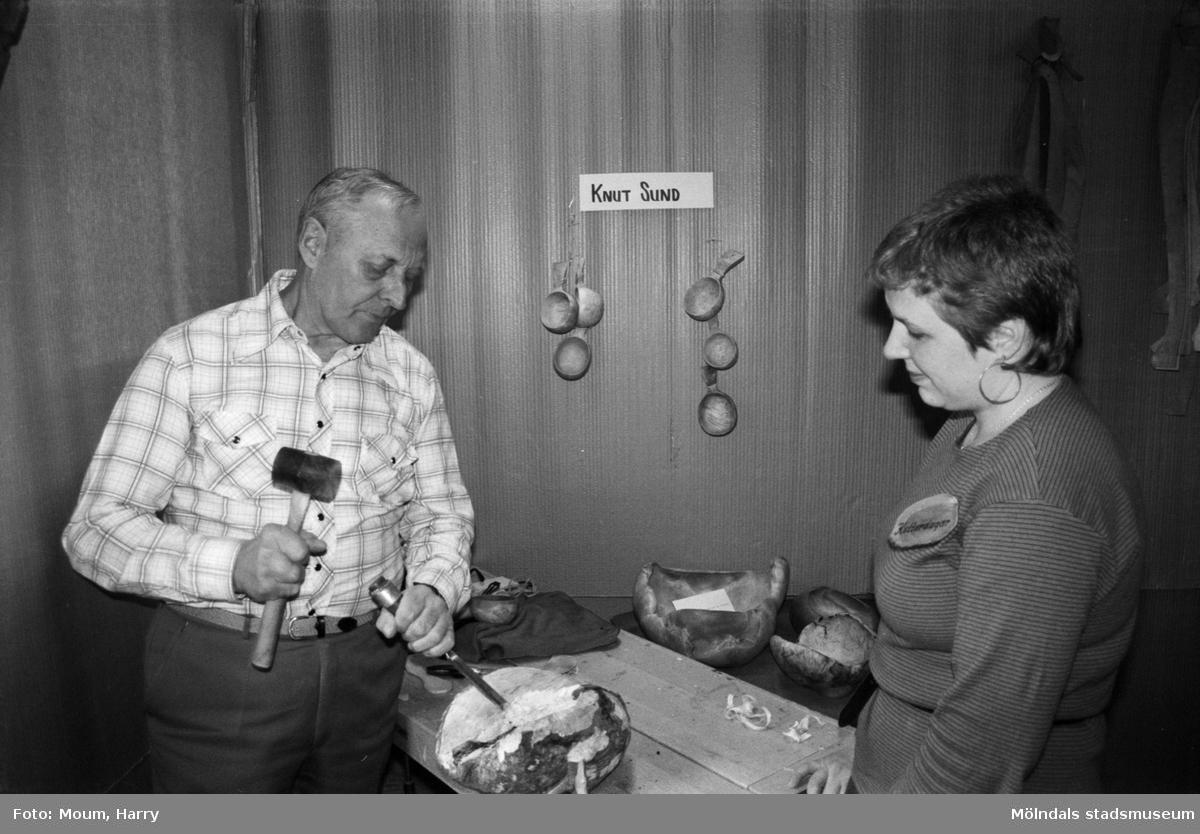 """Kulturdagarna på Almåsgården i Lindome, år 1985. """"Knut Sund från Kållered gör fina skålar av vrilar (utväxter på björk).""""  För mer information om bilden se under tilläggsinformation."""