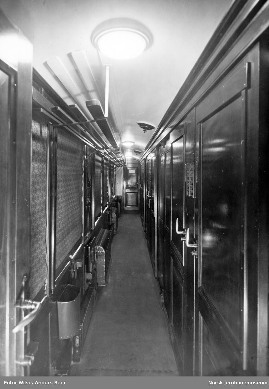 Sidegang i sovevogn med eldre lysutstyr