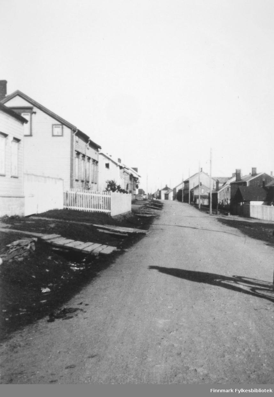 Gateparti Nyborgveien. På bildet sees fra v. Mathinaho, Akermann-Olsen's hus.